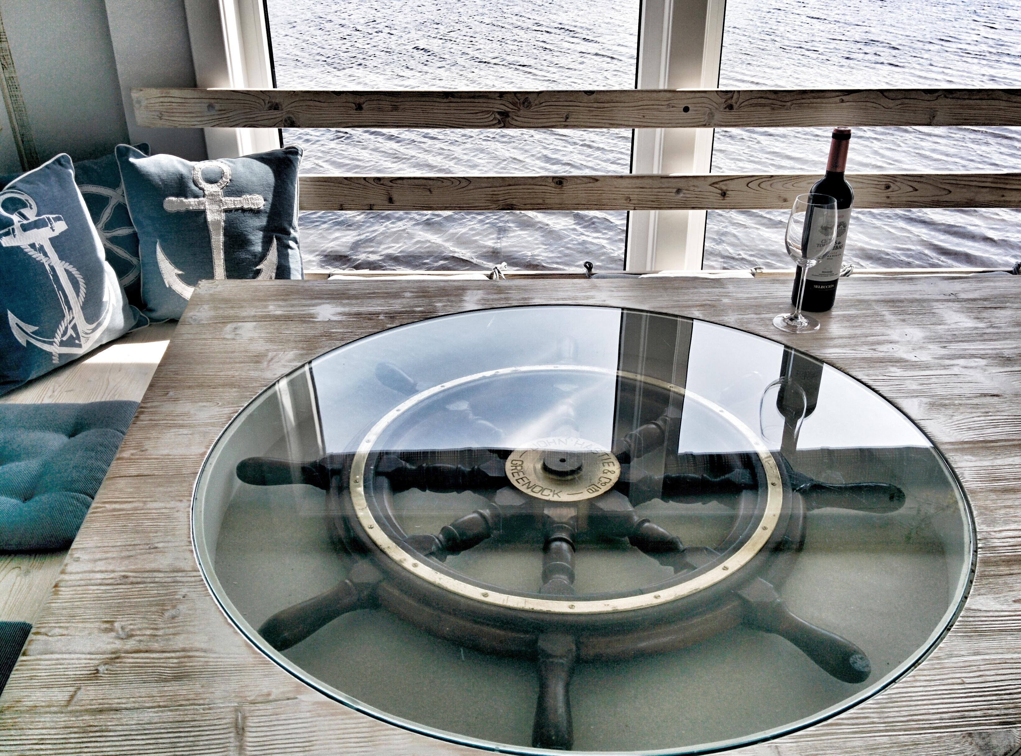 Maritimer Esstisch im Wohnschiff Neptun